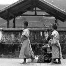 托鉢を受ける二人の幼い僧侶