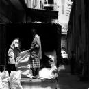 白い袋を荷降ろしする男たち