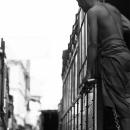 荷台に立つ上半身裸の男