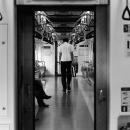 電車の中で俯く男
