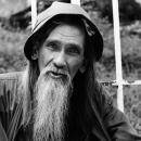 長い髭の男