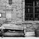 店先のベンチで昼寝
