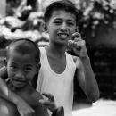 指を曲げた二人の少年
