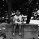 コンクリートブロックの上に座る男の子