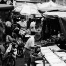 市場で吟味する男