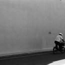 自転車は日陰を走る