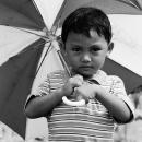 縞模様の傘を持つ少年