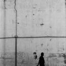 高い壁の脇の人影