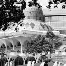 アシ・シャキリン・モスクの前の女の子たち