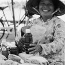 笑顔で蜂蜜を売る女性