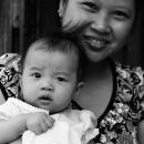路地にいたママと赤ちゃん