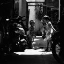 薄暗い路地の男の子