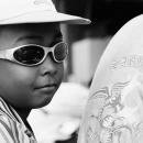 帽子を被ってサングラスをした少年