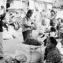 道端の女性たちと大きな袋