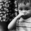 鼻をこする幼い男の子