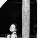 窓辺で笑う少女