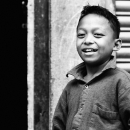カメラの前で笑う男の子