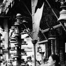 寺院にいた笑顔の女性
