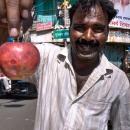 林檎のへたを摘む男