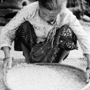 米を選る老婆