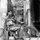 自転車の横の笑顔