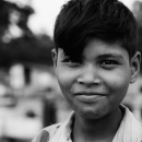 少年は目を輝かせて微笑む