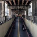 跨線橋の下の道
