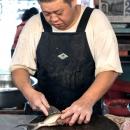 丸い俎板の上に一尾の魚