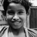 好奇心旺盛な男の子は微笑んだ