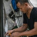 花環を作る男