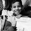 笑顔で親指を立てる男の子