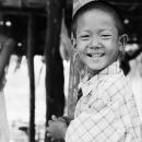 柱の横で笑う男の子