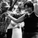 照れ笑いしながら踊る女