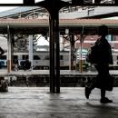 列車が来るのを待つ人びと