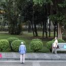 公園で体操する老人たち
