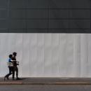 白いフェンスの前のカップル