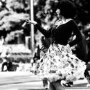 軽やかに踊る女性