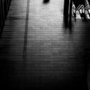 東京ビルディングを歩くカップルのシルエット