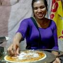 モンピャータレッを作る女性