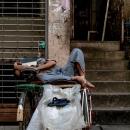 サイカーの上で寝る男