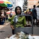 海老を売る女性