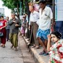ヤンゴンのバス停
