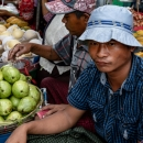 露天市で果物を売る男