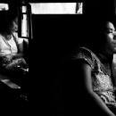車内でうたた寝する女性