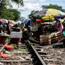 線路の上の行商人と籠