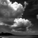 湾の上に浮かぶ夏の雲