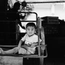 荷車に乗った笑顔の少年