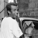 窓拭きしている男の笑顔