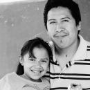 父が微笑み、少女も微笑む