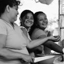 タコスの屋台で働く三人の女性たち
